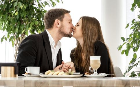 情侣接吻时男人的手放在哪里好