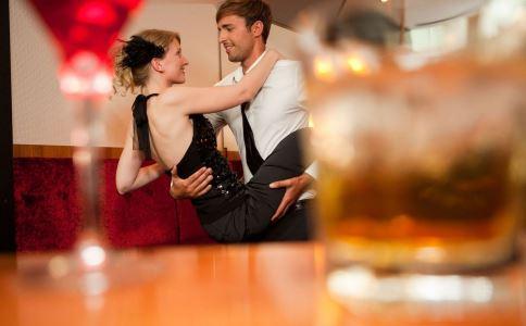 女人约会时的小动作说明什么